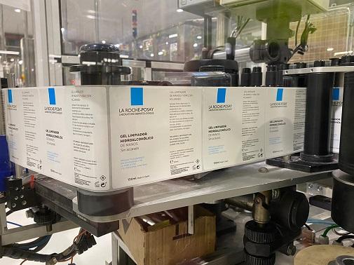 La etiquetas de los geles de La Roche-Posay en la fábrica internacional de L'Oréal en Burgos.