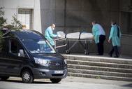 Operarios retiran un cadáver de la residencia González Bueno.