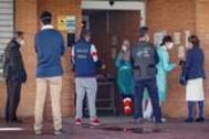 Personal sanitario atiende a un grupo de pacientes que hace cola en un centro de salud de Mairena del Aljarafe, en Sevilla.