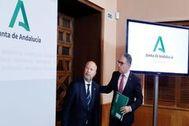 El consejero de Educación, Javier Imbroda, junto al portavoz del Gobierno, Elías Bendodo, tras un consejo de gobierno de la Junta.