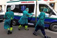 Dos ambulancias con personal médico llegan a la residencia en Tomelloso (Ciudad Real) ayer, donde varios ancianos habían fallecido víctimas del coronavirus. EFE
