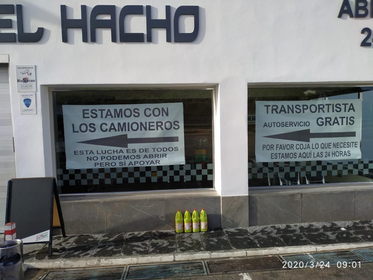Los carteles con los que El Hacho recibe a los camioneros