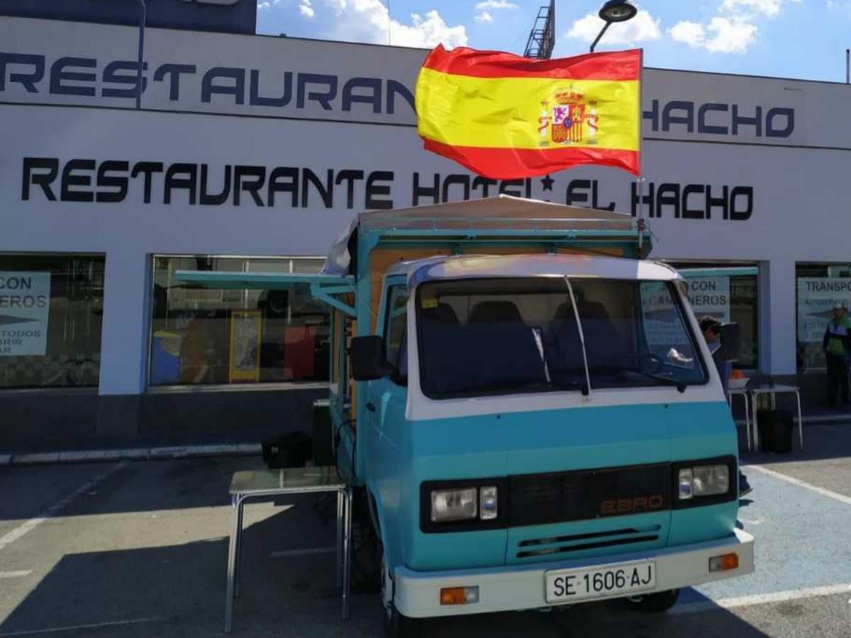 La 'Gintonetta' de El Hacho, con una bandera entregada por un camionero