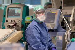 Un médico en la UCI de un hospital de Brescia, Italia