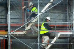 Albañiles trabajando en una obra de Madrid durante la crisis del coronavirus.