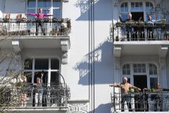 Varios vecinos hacen ejercicio en el balcón en la ciudad de Hamburgo.
