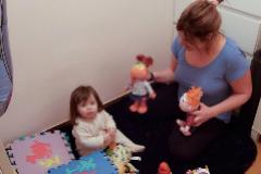 Silvia León, con su hija meses.