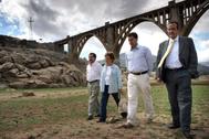 Armando García, (segundo por la derecha), en una imagen de archivo junto a los alcaldes de El Barraco, Cebreros y El Tiemblo.