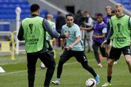 Nouri (c.) en un calentamiento de un partido del Ajax.