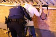 Un agente de la Policía Municipal tras detener a un joven que vendía droga cuando paseaba al perro.