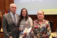 La fiscal antidroga Cristina Toro (derecha), con el fiscal jefe antidroga, José Ramón Noreña, tras recibir la Orden al Mérito del Plan Nacional sobre Drogas en octubre de 2019.