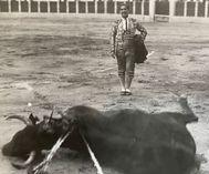 Manolo Bienvenida ve rodar al toro
