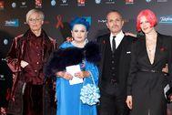 De izquierda a derecha: Lucía Dominguín Bosé, Lucía Bosé, Miguel Bosé y Bimba en la gala People in Red de 2011