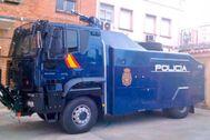 El cañón de agua antidisturbios de la Policía empieza a desinfectar las calles de Madrid