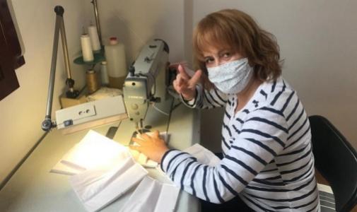 Una costurera voluntaria de Pronovias haciendo mascarillas