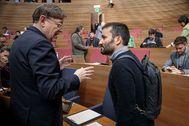 Ximo Puig conversa con el responsable de Educación, Vicent Marzà, en las Cortes Valencianas.