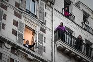 El tenor francés Stephane Senechal actúa desde su ventana durante el confinamiento, en París.
