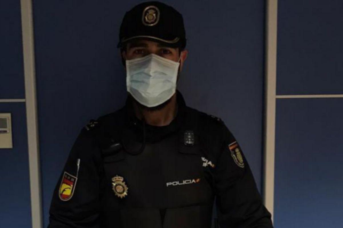El inspector Luis Suárez tras recibir a los reposteros 'Dulces Solidarios  Mallorca' .