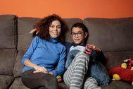Marga Cañadas y su hijo Manuel, en su casa en Valencia.