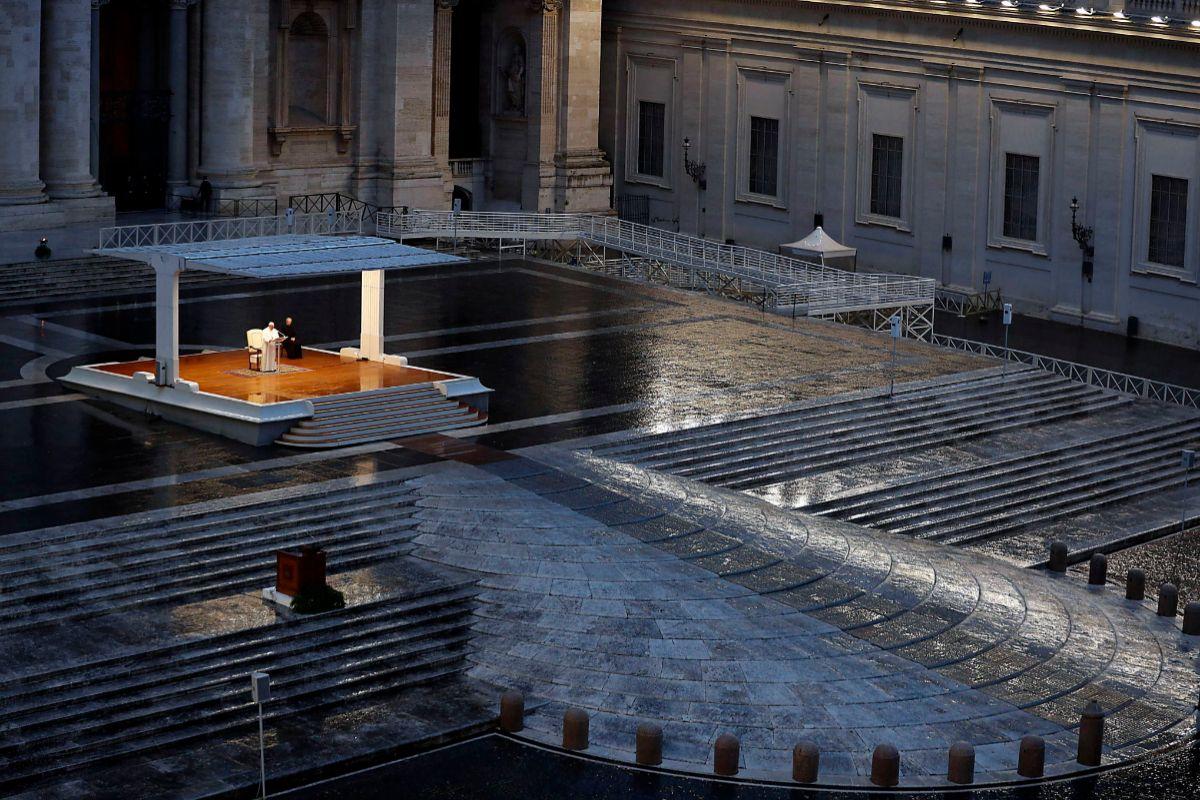El Papa Francisco ante una plaza de San Pedro vacía.