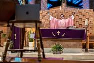 Andrés oficia la misa ante su ordenador en Santa María de la Caridad