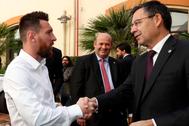 Leo Messi, capitán del primer equipo del Barcelona, con el presidente Bartomeu.