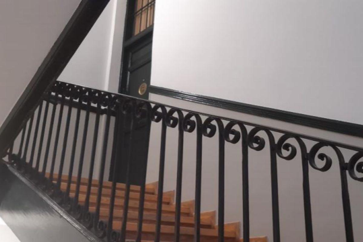 Escalera de vecinos en el interior de un edificio del centro de Madrid.