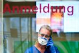 Una enfermera, al teléfono en la recepción del hospital de Essen.