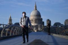 Un hombre con una mascarilla, en Londres.