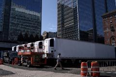 Fila de camiones refrigerados que se utilizan para guardar cadáveres.