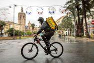 Un repartidor de Glovo por las calles desiertas de Valencia en pleno estado de alarma por el coronavirus.