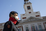 Un guardia civil, frente al reloj de la Puerta del Sol.