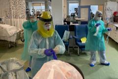 El personal de la UCI del Virgen de la Victoria atendiendo a los pacientes con coronavirus.