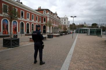 Un agente de la Policía Nacional custodia las inmediaciones de la estación de Príncipe Pío, en Madrid.