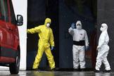 Trabajadores en las inmediaciones del Palacio de Hielo de Madrid, que en la pandemia de coronavirus hace las funciones de morgue.