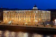 Imagen del exterir del Hotel María Cristina de San Sebastián junto al río Urumea al anochecer.