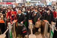 Viajeros toman el tren hacia Wuhan en Shanghai.