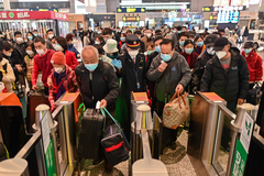 Primera fase de la apertura de Wuhan: colas para recoger las cenizas de los muertos
