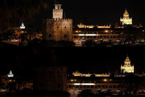 La Torre del Oro, en Sevilla, durante el apagón.