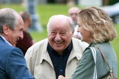 Amancio Ortega pasa un rato distendido junto a su esposa durante un evento en A Coruña.