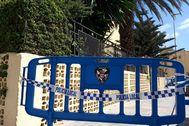GRAF2103 lt;HIT gt;CEUTA lt;/HIT gt;.- Una valla policial es cerca el paso en los aledaños de un bloque de edificios confinado este jueves por las autoridades sanitarias de lt;HIT gt;Ceuta lt;/HIT gt;, después de haber detectado dos positivos que se encuentran ingresados en la UCI del Hospital Universitario de la ciudad. Redruan Dris