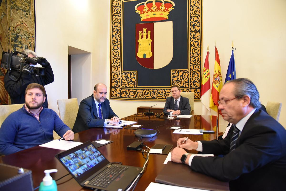 El presidente de Castilla-La Mancha, Emiliano García Page (al fondo), este domingo, en la conferencia telemática de presidentes.