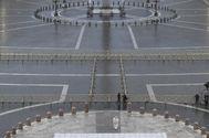 El Papa, en una plaza de San Pedro totalmente vacía.