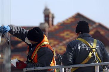 Un trabajador protegido ante el coronavirus realiza trabajos en la capital vizcaína este viernes.