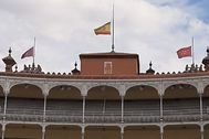 Las banderas, a media asta sobre la Puerta Grande de Madrid