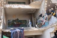 Un miembro de la Defensa Civil siria desinfecta un edificio, en Idlib.