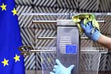 Un hombre desinfecta el atril de Charles Michel, presidente del Consejo Europeo. F. Walschaerts / REUTERS
