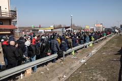 Un grupo de inmigrantes espera para cruzar a Ucrania.