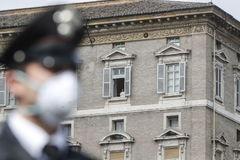 El Papa Francisco desde una ventana en El Vaticano.