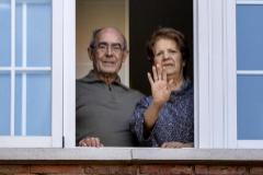 Mateo y Faustina, ya de alta, saludando este jueves desde su casa, en Madrid.